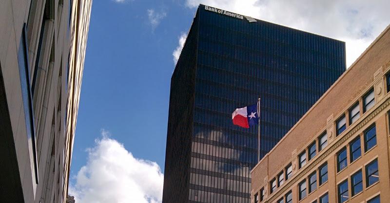 Rascacielos con la bandera de Texas