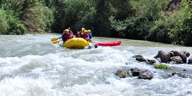 Balsa de rafting, arrastrando un kayak