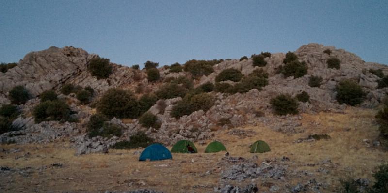 Tiendas de campaña en una acampada nocturna
